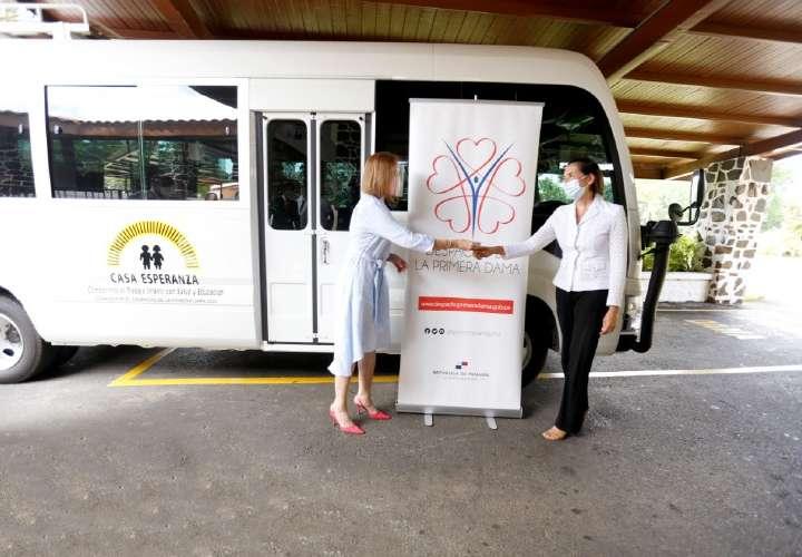 Donan bus a Casa Esperanza