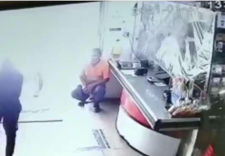 Iba a cometer un robo, se dispara su arma, queda herido en un pie y huye (Video)