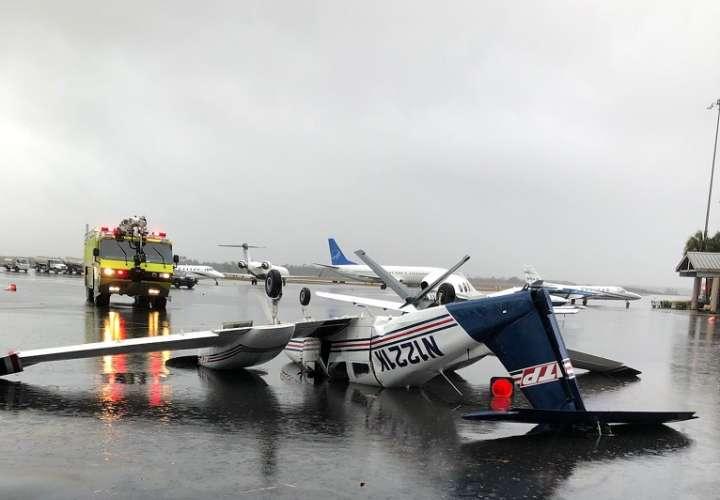 Imágenes subidas a internet por las autoridades muestran el fuerte impacto del tornado en la ciudad, como una avioneta volcada en el aeropuerto.