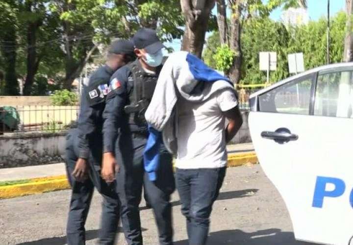 Delincuentes amordazan a una familia para robar  [Video]