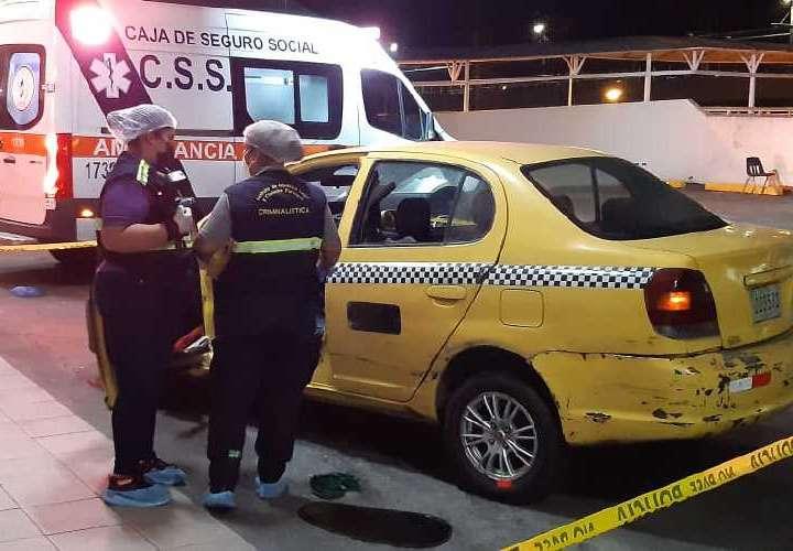 Sicarios en moto matan a uno y hieren a 2 dentro de un taxi