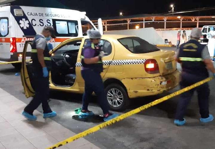 Abordan taxi y sicarios en moto los persiguen y matan
