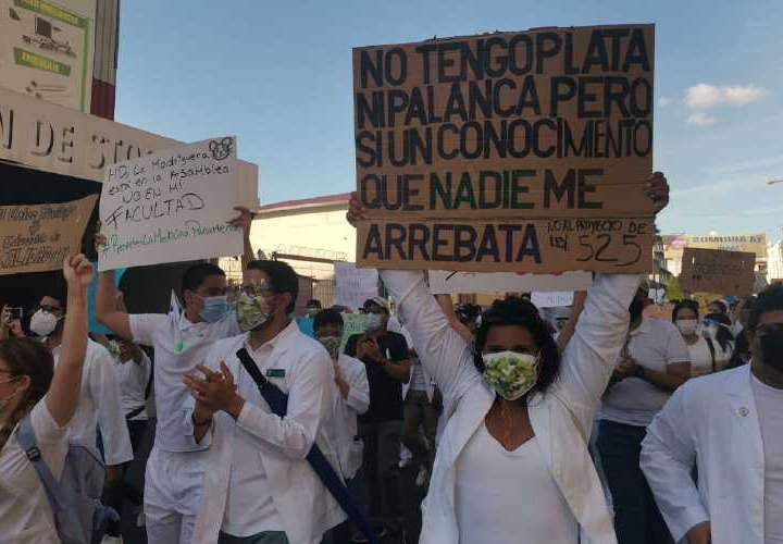 Estudiantes de medicina se plantan frente a la Asamblea contra Proyecto No. 525