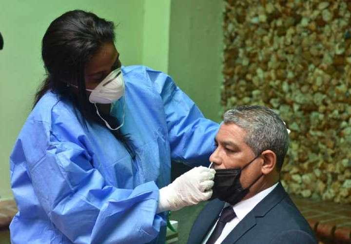 Toque de queda desde las 11 y 9 contagiados con cepa de Brasil