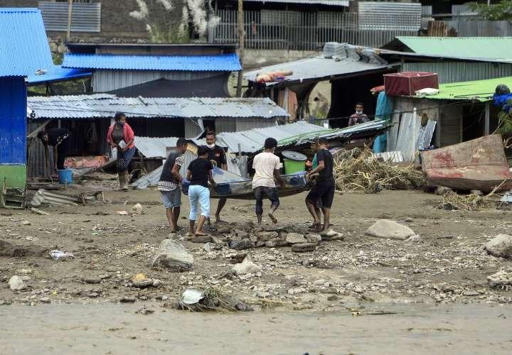 Más de 100 muertos por inundaciones en Indonesia