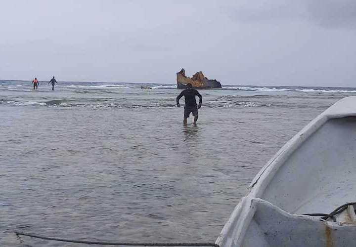 Rescatan un cuerpo y recuperan 64 paquetes de drogas tras naufragio en Los Cayos Holandeses