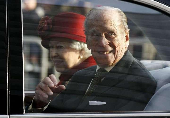 Británicos lloran en Buckingham al príncipe Felipe de Edimburgo