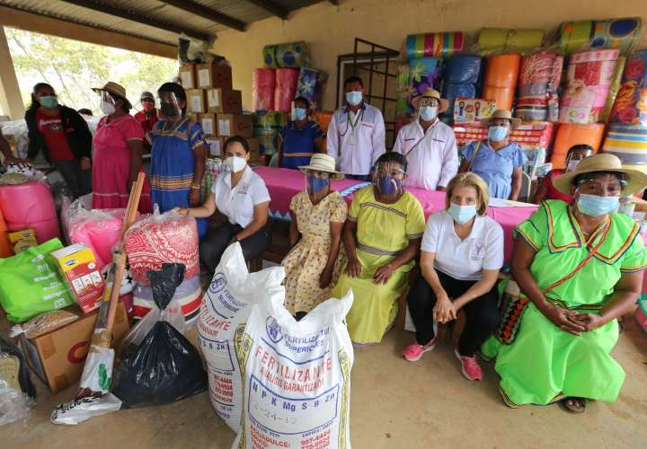 Pobladores comarcales reciben insumos y artículos de primera necesidad