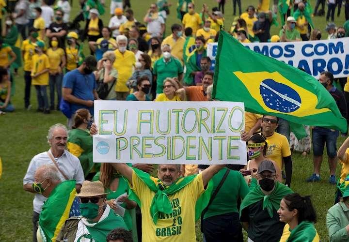 Brasileños desafían la pandemia y salen a las calles en apoyo y contra Bolsonar