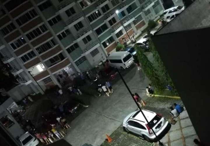Muchos inqulinos evacuaron y bajaron a la planta baja de los edificios. (Foto: Redes)