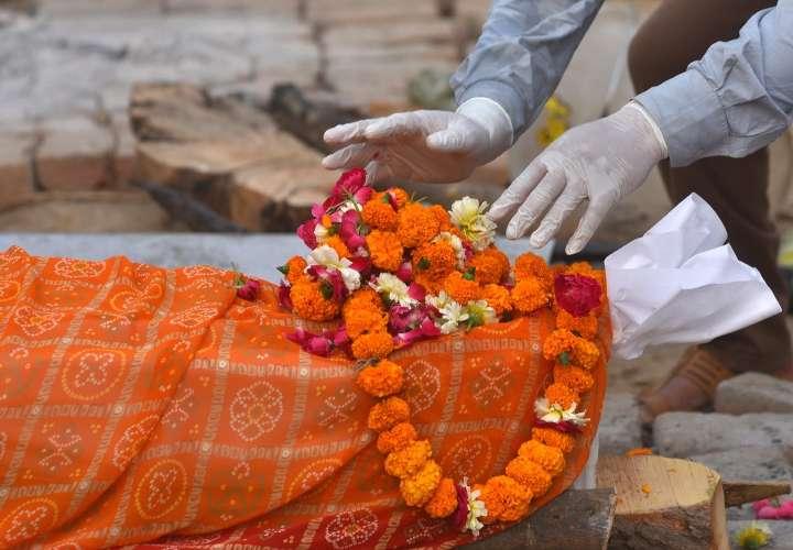 Escasez de vacunas, un obstáculo en una India con récord de muertes por covid
