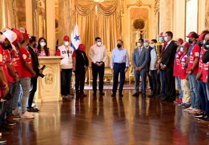 Campeón del béisbol juvenil, es recibido por el presidente Laurentino Cortizo