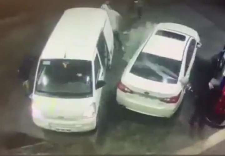 Al percatarse que lo iban a asaltar, la víctima reaccionó rápidamente y empezó a empapar a los delincuentes con carburante.