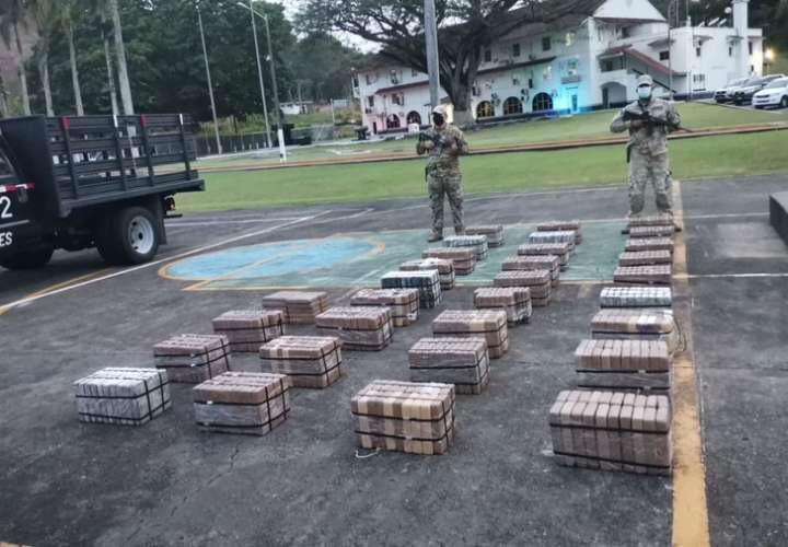 Descubren contenedor preñado con más 600 paquetes de droga [Video]