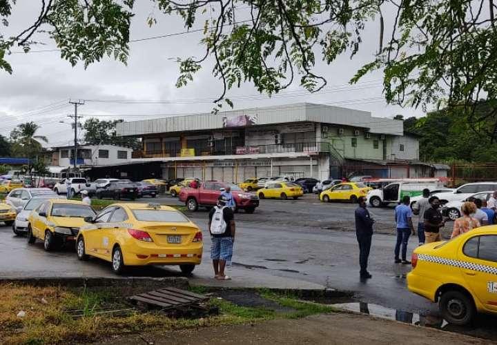 Taxistas amanecieron en las calles para que se restablezca pares y nones