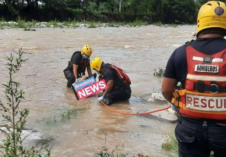 Extracción del cuerpo.    (Foto: Breaking News)