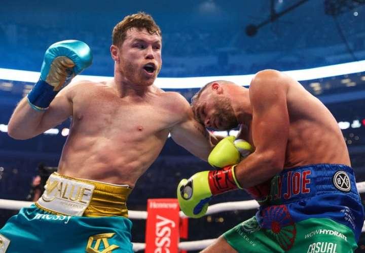 Saúl 'Canelo' Álvarez (izq.) conecta un golpe a Billy Joe Saunders. Foto: AP