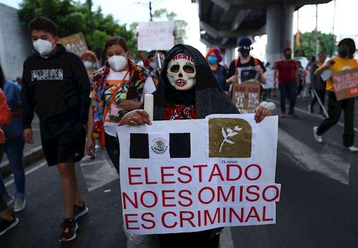 Mexicanos hacen una velación donde se accidentó el metro para exigir justicia
