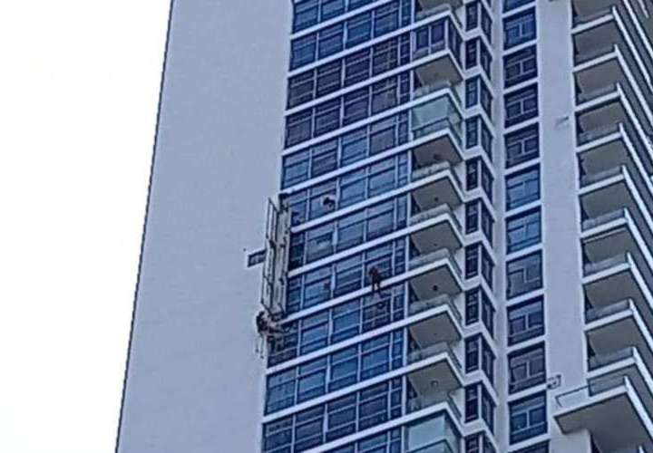 ¡Susto! Quedaron guindando en piso 37 de Costa del Este