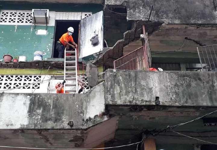 Heridos y rescatados en caer balcón en San Miguel
