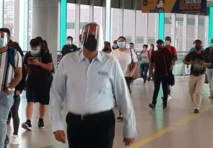 Amanecieron con mascarillas y pantallas faciales para abordar el transporte