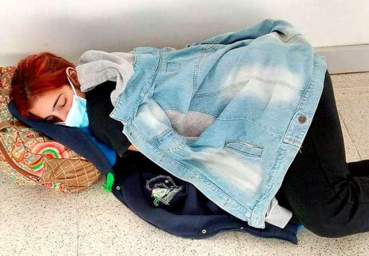 Lara en el piso del nuevo Hospital Iturraspe de la capital santafesina, donde estuvo nueve horas antes de que la derivaran. Una mujer se acercó y le entregó una chaquetra para que no tuviera frío