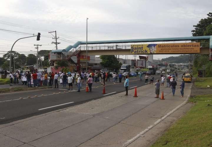 Residentes de Plaza Valencia cierran vía y exigen respuesta al MOP [Video]