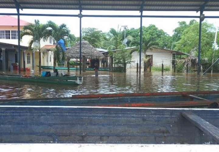 Varias viviendas inundadas por desbordamiento de río en Darién