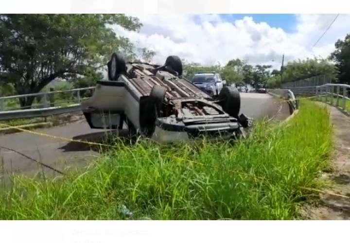 Roban auto y lo abandonan con las llantas pa´arriba (Video)