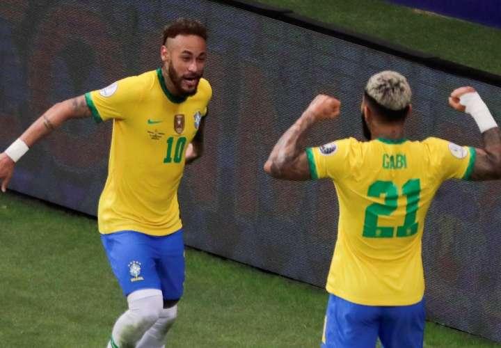 Gabriel Barbosa (d) celebra con Neymar Jr (i). / Foto: EFE