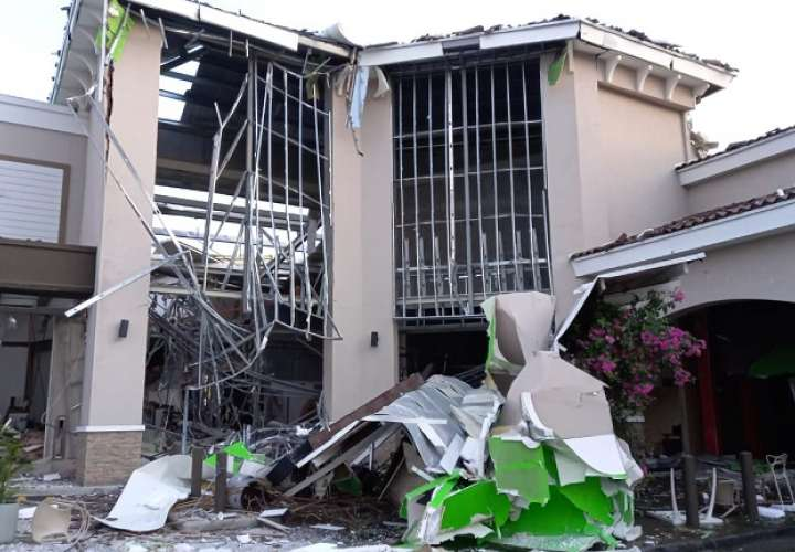 La explosión causó la rotura de ventanas y paredes además de espacir escombros y grandes destrozos a lo interno de algunos locales comerciales.