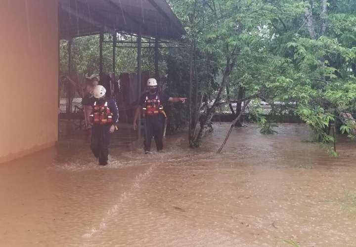 Los bomberos realizaron monitoreos para conocer las afectaciones en la provincia.