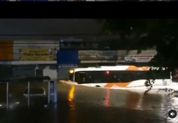 Video del metrobus surfeando en calle inundada no era de ayer, MiBus