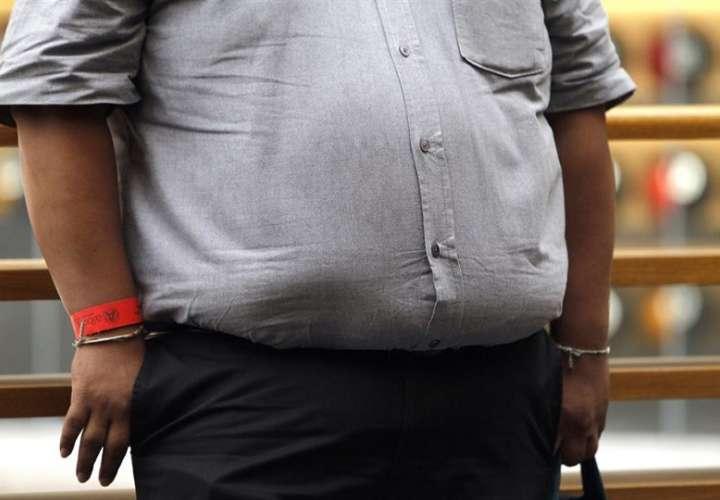 Fotografía muestra una persona con obesidad en una calle en la Ciudad de México (México). EF