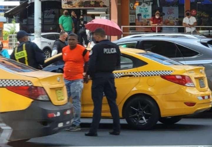 """Taxista le da su """"lash"""" a policía, había público en el cuadrilátero (Video)"""