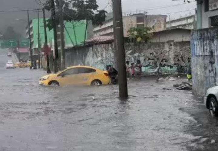 20 minutos de lluvia inundan avenidas de la ciudad  [Video]