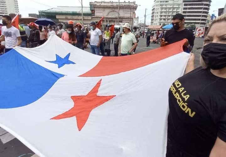 Trabajadores y gente del pueblo protestan contra el Gobierno