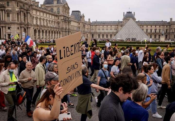 """Miles de manifestantes en Francia contra la """"dictadura sanitaria"""""""