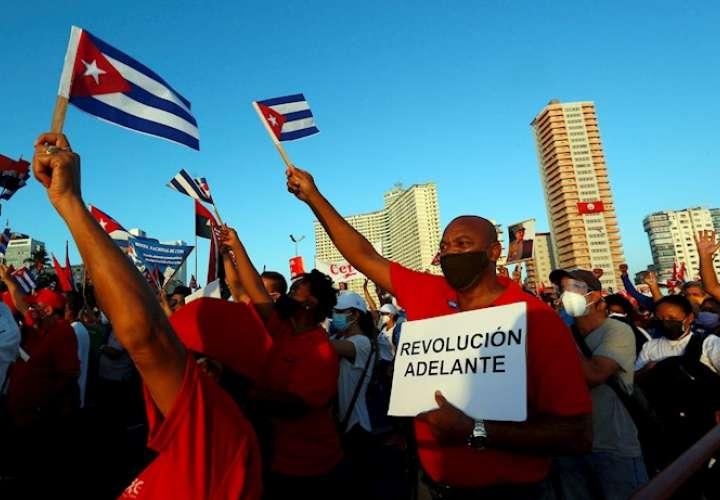 Miles de personas acuden a un acto pro-Revolución en presencia de Raúl Castro