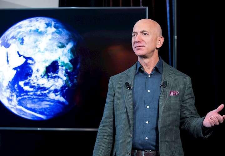 Bezos vuelve a la tierra tras alcanzar el espacio en un cohete de Blue Origin