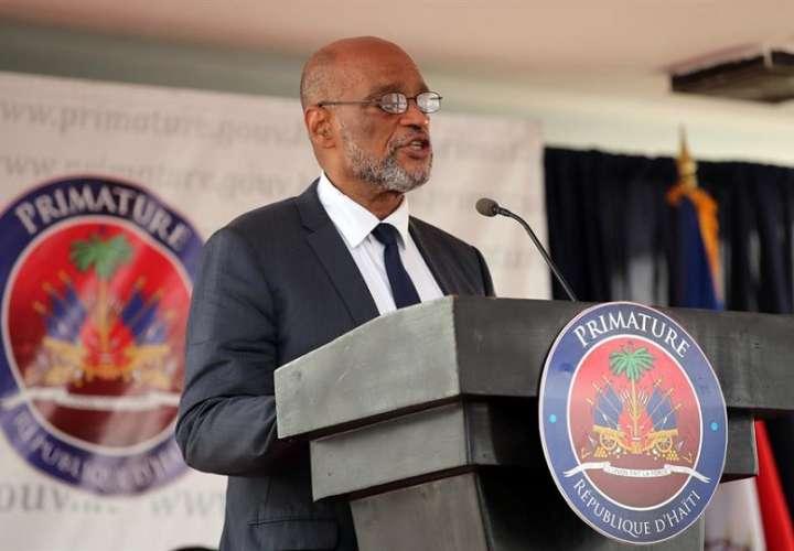 El nuevo primer ministro, Ariel Henry, habla durante la ceremonia de toma de posesión del nuevo Gobierno haitiano hoy, en Puerto Príncipe (Haití).