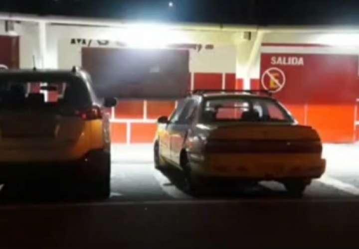 Hieren a comerciante en asalto en minisúper de Puerto Escondido