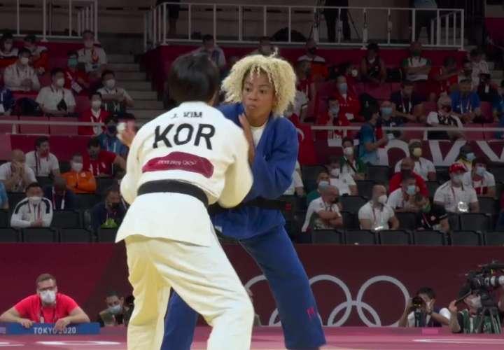 Miryam Roper (der.) durante su combate de los Juegos Olímpicos de Tokio.