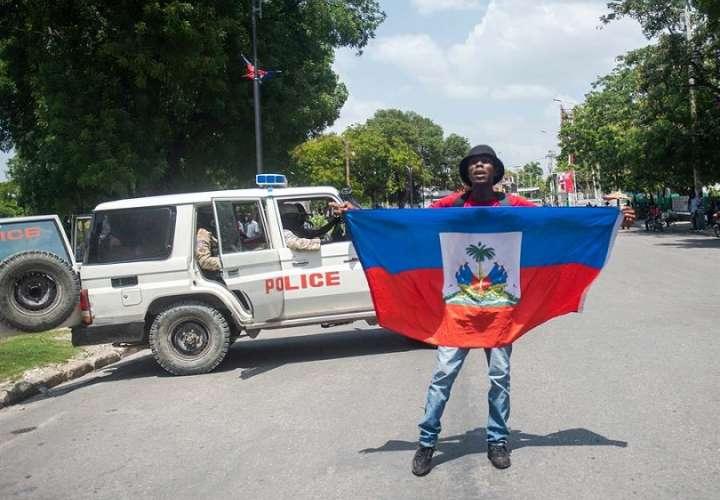 A lo largo del recorrido, los manifestantes también exigieron justicia para las 15 personas que murieron el mes pasado a manos de policías en un tiroteo en el sector Delmas 32, en represalia por el asesinato de un agente. EFE