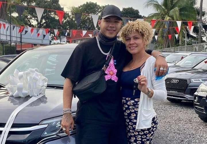 El Boza se baja del bus y le regala un auto nuevo a su mamá