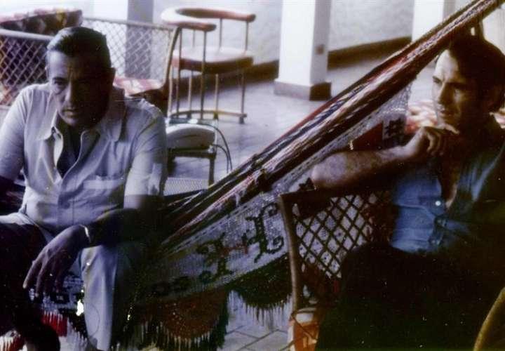 Fotografía de archivo personal del periodista Zoilo Martínez en la que se registró al general Omar Torrijos (i) y a Martínez (d), en 1980, en la casa del general en la playa de Farallón en Panamá. EFE