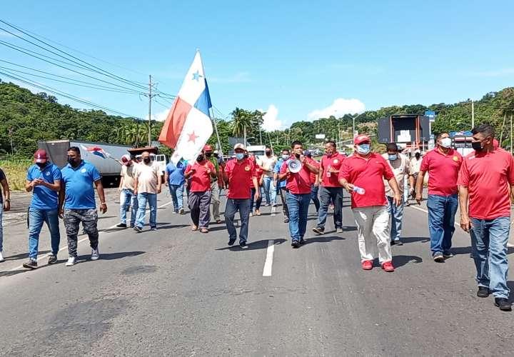 Taxistas bloquean Interamericana a favor de medidas de par y non