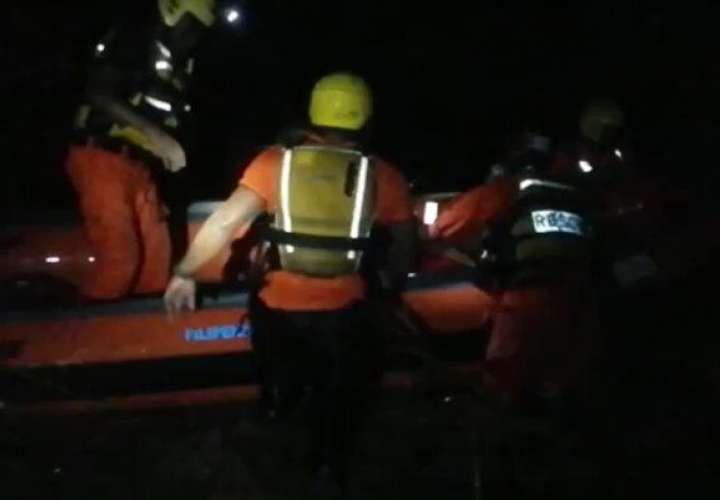¡Se salvaron! Rescatan a 8 personas que quedaron atrapadas en el río  [Video]