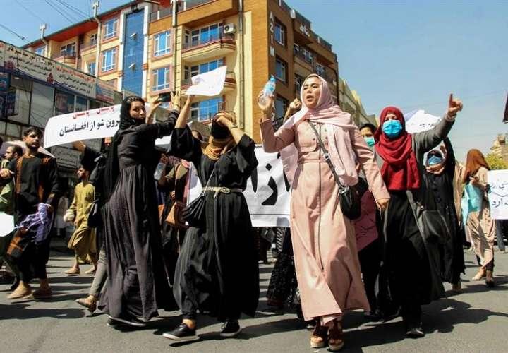 Afganas portan pancartas gritando consignas anti-pakistaníes durante una protesta en Kabul, Afganistán. EFE