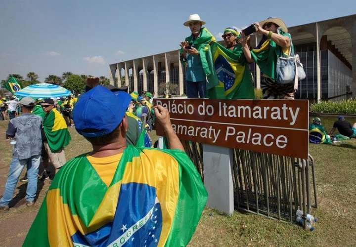 Simpatizantes del presidente de Brasil, Jair Bolsonaro, permanecen acampados en señal de protesta y apoyo al Gobierno, hoy, en la Explanada de los Ministerios en Brasili (Brasil).